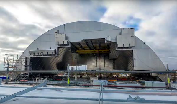 4-й блок ЧАЭС накрыли крупнейшей в мире подвижной аркой (видео)